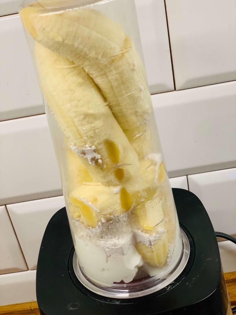 blenduj banan z jogurtem