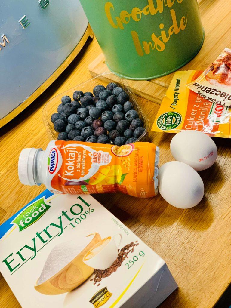 składniki ciasta jogurtowego ze SKYRem i owocami